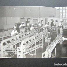 Fotografía antigua: ANTIGUA FOTOGRAFÍA FÁBRICA DE CARAMELOS DE LA ONCE. OPERARIOS HACIENDO CARAMELO. AÑO 1953, MADRID.. Lote 181548457