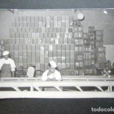 Fotografía antigua: ANTIGUA FOTOGRAFÍA FÁBRICA DE CARAMELOS DE LA ONCE. CAJAS DE CARAMELO APILADAS. AÑO 1953, MADRID.. Lote 181548481