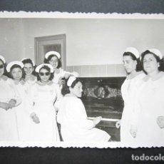 Fotografía antigua: ANTIGUA FOTOGRAFÍA FÁBRICA DE CARAMELOS DE LA ONCE. SALA DE RECREO, PIANO. AÑO 1952, MADRID.. Lote 181548626