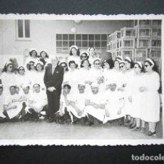 Fotografía antigua: ANTIGUA FOTOGRAFÍA FÁBRICA DE CARAMELOS DE LA ONCE. DIRECTOR Y PERSONAL. AÑO 1952, MADRID.. Lote 181548698