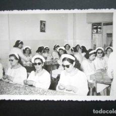 Fotografía antigua: ANTIGUA FOTOGRAFÍA FÁBRICA DE CARAMELOS DE LA ONCE. SALA DE ENVOLTURA. AÑO 1952, MADRID.. Lote 181548747