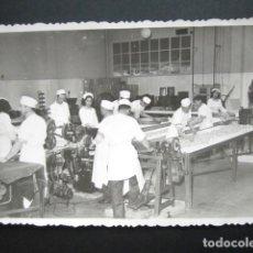 Fotografía antigua: ANTIGUA FOTOGRAFÍA FÁBRICA DE CARAMELOS DE LA ONCE. OPERARIOS HACIENDO CARAMELO. AÑO 1952, MADRID.. Lote 181548855