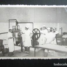 Fotografía antigua: ANTIGUA FOTOGRAFÍA FÁBRICA DE CARAMELOS DE LA ONCE. OPERARIOS HACIENDO CARAMELO. AÑO 1952, MADRID.. Lote 181548876