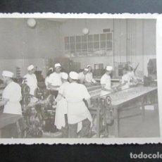 Fotografía antigua: ANTIGUA FOTOGRAFÍA FÁBRICA DE CARAMELOS DE LA ONCE. OPERARIOS HACIENDO CARAMELO. AÑO 1952, MADRID.. Lote 181548890