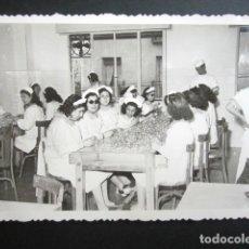 Fotografía antigua: ANTIGUA FOTOGRAFÍA FÁBRICA DE CARAMELOS DE LA ONCE. SALA DE ENVOLTURA. AÑO 1952, MADRID.. Lote 181548935