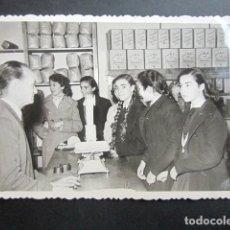 Fotografía antigua: ANTIGUA FOTOGRAFÍA FÁBRICA DE CARAMELOS DE LA ONCE. DESPACHO VENTA PÚBLICO. AÑO 1952, MADRID.. Lote 181549030