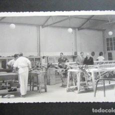 Fotografía antigua: ANTIGUA FOTOGRAFÍA FÁBRICA DE CARAMELOS DE LA ONCE. VISITA DE PORTUGUESES. AÑO 1962, MADRID.. Lote 181549211