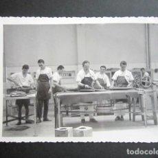 Fotografía antigua: ANTIGUA FOTOGRAFÍA FÁBRICA DE CARAMELOS DE LA ONCE. INTERIOR DE LA FÁBRICA. AÑO 1962, MADRID.. Lote 181549263