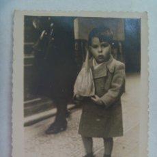 Fotografía antigua: SEMANA SANTA DE SEVILLA : FOTO DE NIÑO CON UN NAZARENO DE JUGUETE, 1942. Lote 182118513