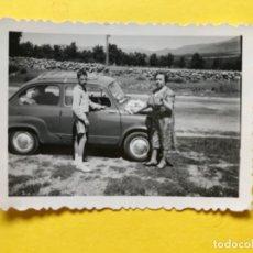 Fotografía antigua: COCHE FIAT SEISCIENTOS AUTOMOVIL CARRETERA DE BURGOS FOTOGRAFIA ANTIGUA . Lote 182174641