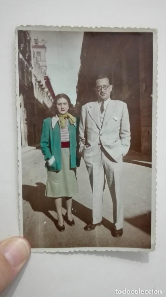 MINUTERO DE FOTÓGRAFO CALLEJERO DE PAREJA. AÑOS 40. COLOREADA (Fotografía Antigua - Fotomecánica)