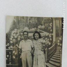 Fotografía antigua: MINUTERO DE FOTÓGRAFO CALLEJERO DE PAREJA , FONDO DECORADO. Lote 182973710