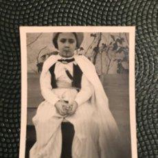 Fotografía antigua: FOTO NIÑO DISFRAZ MORO BIGOTE DAGA O PUÑAL PCIOS S XX 6X4,3 CM. Lote 183931822