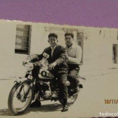 Fotografía antigua: ANTIGUA FOTOGRAFÍA ORIGINAL DE PAISANOS DE COCENTAINA EN MOTO LUBE - AÑO 1960. Lote 184086197