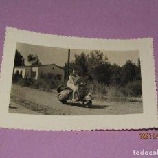 Fotografía antigua: ANTIGUA FOTOGRAFÍA ORIGINAL DE SEÑORITA MONTADA EN VESPA MATRÍCULA DE BARCELONA - AÑO 1960. Lote 184087047