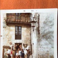 Fotografía antigua: SANTILLANA DEL MAR CANTABRIA 1973 FOTO GRUPO NIÑOS ENTRADA TIENDA SOUVENIRS BALCON CASA ESCUDO . Lote 184333408