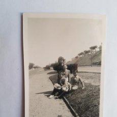 Fotografía antigua: 1940 BULEVAR ARTIGAS MONTEVIDEO MADRE CON SUS HIJOS, MOTHER WITH HER CHILDREN, MÈRE AVEC SES ENFANTS. Lote 184408882