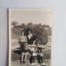 Fotografía antigua: 1940 BULEVAR ARTIGAS MONTEVIDEO MADRE CON SUS HIJOS, MOTHER WITH HER CHILDREN, MÈRE AVEC SES ENFANTS. Lote 184670812