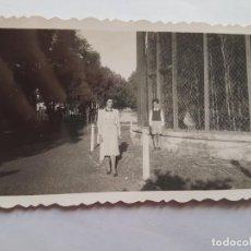Fotografía antigua: 1940 MADRE NIÑO PARQUE, MOTHER BOY PARK, MÈRE GARC PARK,. Lote 185658810