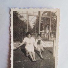 Fotografía antigua: 1940 MADRE NIÑO PARQUE, MOTHER BOY PARK, MÈRE GARC PARK,. Lote 185659016