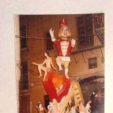 Fotografía antigua: FALLAS VALENCIA. FOTOGRAFÍA A COLOR, CALLEJEANDO LA CIUDAD. MEDIDAS: 17,5 X 12,5 CM., (H.1980?). Lote 185931833