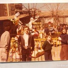 Fotografía antigua: FALLAS VALENCIA. FOTOGRAFÍA A COLOR, CALLEJEANDO LA CIUDAD. MEDIDAS: 11,2 X 8,8 CM., (A.1978). Lote 185946952