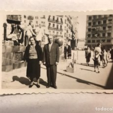 Fotografía antigua: FALLAS VALENCIA. FOTOGRAFÍA FALLAS, CALLEJEANDO LA CIUDAD (H.1950?) MEDIDAS: 6,5 X 4,5 CM.,. Lote 186172998