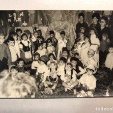 Fotografía antigua: NIÑOS VALENCIA. FOTOGRAFÍA. CELEBRANDO LA NAVIDAD EN EL COLEGIO (A.1963) FOTO: M. GIMENEZ. Lote 186182443