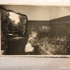 Fotografía antigua: NIÑOS BELEN. PUERTO DE SAGUNTO (VALENCIA) FOTOGRAFÍA. NIÑO DISFRUTANDO DEL BELEN FAMILIAR (H.1960?). Lote 186182678