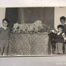 Fotografía antigua: NIÑOS BELEN. VALENCIA. FOTOGRAFÍA. NIÑOS DISFRUTANDO DEL BELEN FAMILIAR (A.1966). Lote 186184091