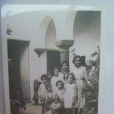 Fotografía antigua: FOTO DE NIÑOS EN UN PATIO ANDALUZ, DETRAS ANCIANA SENTADA. PRINCIPIOS DE SIGLO. Lote 188709241
