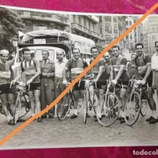 Fotografía antigua: ANTIGUA FOTOGRAFÍA.VUELTA CICLISTA COMUNIDAD VALENCIANA.EQUIPO CACAOLAT.FRANCISCO ALOMAR,MASIP.FOTO. Lote 114084439