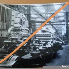 Fotografía antigua: ANTIGUA FOTOGRAFÍA. TALLER FERROVIARIO. RENFE. MAQUINARIA. MOTORES. FOTO AÑOS 50/60. FERROCARRIL.. Lote 83127032