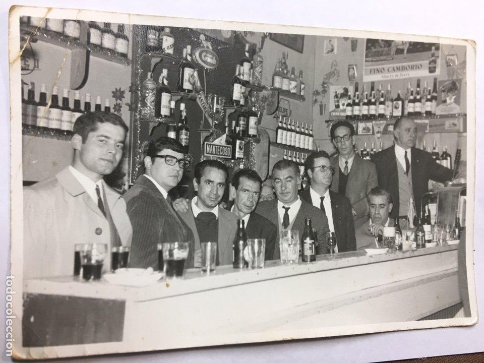 FOTOGRAFIA GRUPO DE AMIGOS - BARRA DEL BAR - PEDRO FARIÑA RODRIGUEZ - CADIZ 1969 - 18X12CM (Fotografía Antigua - Fotomecánica)