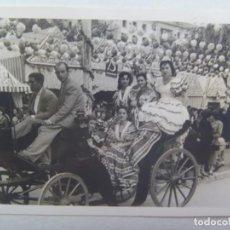 Fotografía antigua: FOTO DE FERIA : SEÑORITAS VESTIDAS DE FLAMENCA EN COCHE DE CABALLO. Lote 262982440