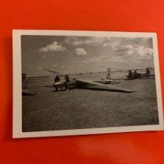 Fotografía antigua: FOTO AEROPLANO. AÑOS 60. 11X7,5 CM. Lote 190855368