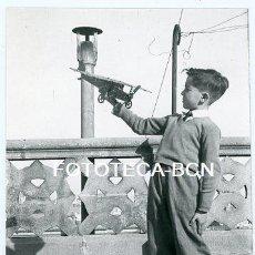 Photographie ancienne: FOTO NIÑO CON AVION DE JUGUETE DE PIEZAS MECCANO POSIBLEMENTE BARCELONA AÑO 1955. Lote 191031276