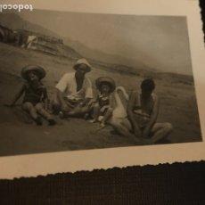 Fotografía antigua: ANTIGUA FOTOGRAFIA - FAMILIA EN LA PLAYA - 10X7CM. Lote 191280217