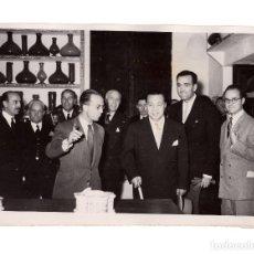 Fotografía antigua: MADRID.- PRESIDENTE QUININO.(FILIPINAS). VISITA CIUDAD UNIVERSITARIA.1951. FOTO CIFRA.. Lote 191594906