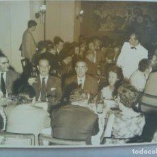Fotografía antigua: FOTO DE FAMILIA ESPAÑOLA EN MARRUECOS, CASABLANCA 1961. DE CARRASCO ..... 13 X 18 CM. Lote 191647928