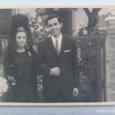Fotografía antigua: FOTO DE PAREJA, ELLA CON PEINETA Y MANTILLA. JUEVES SANTO, 1967. Lote 191649008