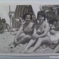 Fotografía antigua: FOTO DE CHICA EN BAÑADOR EN LA PLAYA, DETRAS TIENDAS DE CAMPAÑA. Lote 191651586