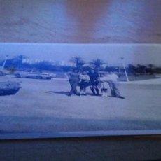 Fotografía antigua: FOTO DE FAMILIA CON SEAT 600 Y AL FONDO SEAT 850 ESTEPONA 1973. Lote 191652565