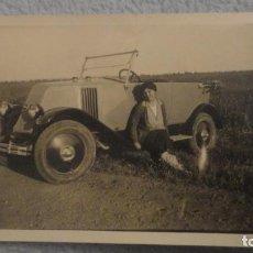 Fotografía antigua: ANTIGUA FOTOGRAFIA.CHICA JUNTO A COCHE ESTILO ART DECO SIN IDENTIFICAR AÑOS 30?. Lote 191653798