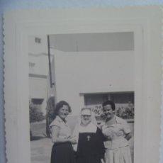Fotografía antigua: FOTO DE MUJERES CON RELIGIOSA, MONJA. 1957. Lote 191654355