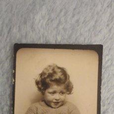 Fotografía antigua: ANTIGUA FOTOGRAFIA.NIÑA CON PELOTA.FOTOMATON AÑOS 40. Lote 191654460