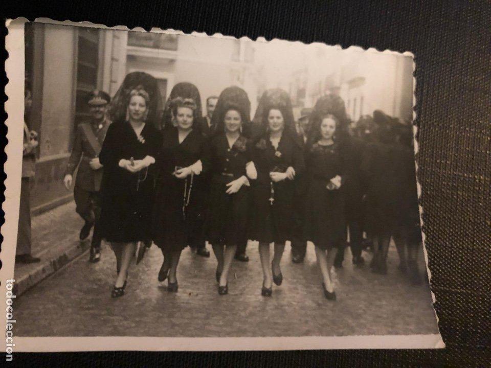 ANTIGUA FOTOGRAFIA - SEMANA SANTA - SEVILLA - GUAPAS MUJERES DE MANTILLAS - 7.8X4.5.8CM (Fotografía Antigua - Fotomecánica)