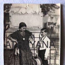 Fotografía antigua: NIÑOS FRENTE AL MONUMENTO DE LA CORONACIÓN DE LA VIRGEN DEL ROCÍO. MATRIZ ALMONTE. AÑOS 20/30. Lote 192547705