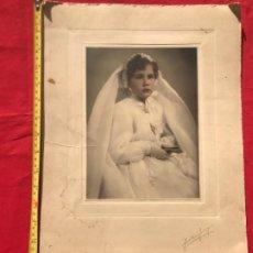 Fotografía antigua: GRAN FOTO COMUNION COLOREADA NIÑA PRIMERA COMUNION VELO ROSARIO Y MISAL 42,2X30,2 CM. Lote 192689391