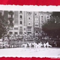 Fotografía antigua: FOTOTOGRAFIA EUSKADI BAILE DANZA TRADICIONAL PAIS VASCO 6,3X4,2 CM. Lote 192882448